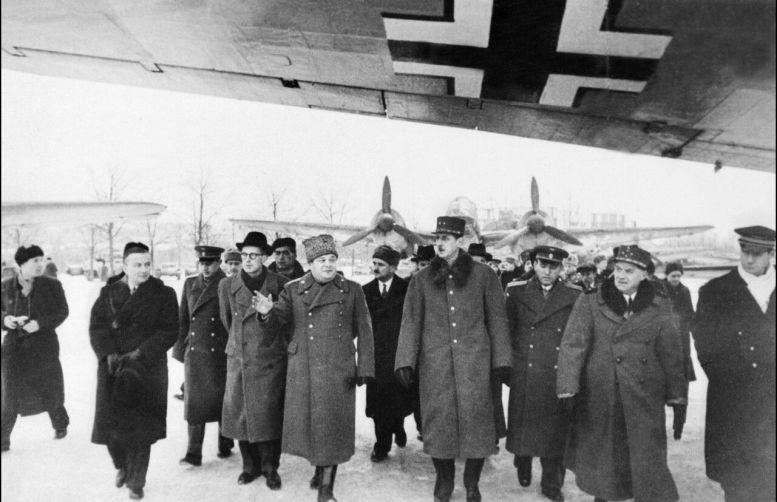 Le général Charles de Gaulle (au centre), accompagné d'Alphonse Juin (à droite), en voyage à Moscou en décembre 1944/AFP