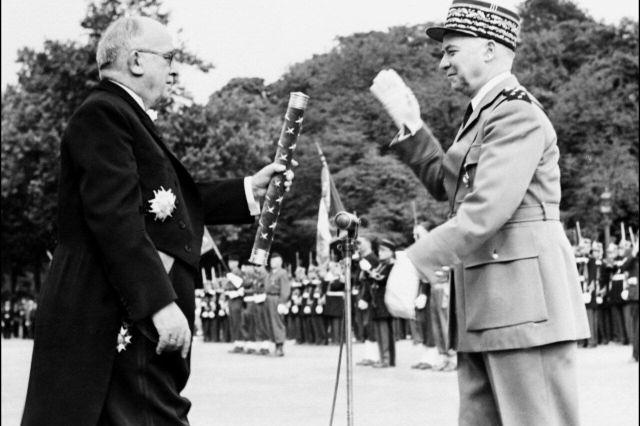 Alphonse Juin reçoit son bâton de maréchal de France des mains du président de la République Vincent Auriol, en juillet 1952/AFP/André Delboy.