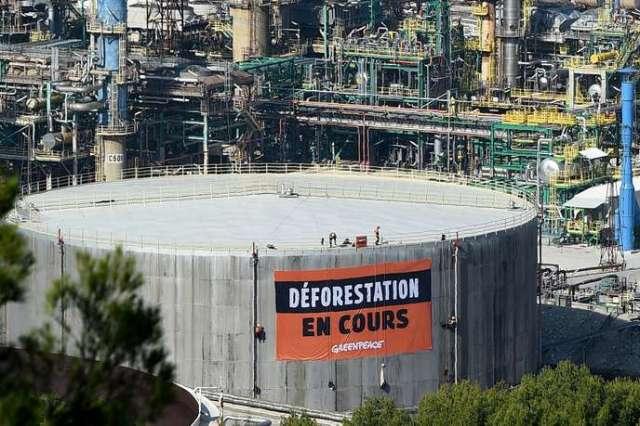Des militants de Greenpeace ont déployé une banderole portant la mention «déforestation en cours» sur la bioraffinerie de LaMède (Bouches-du-Rhône),en signe de protestation contre l'importation d'huile de palme par Total, le 29octobre.
