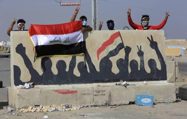 Des protestataires bloquent le port de Umm Qasr, près de Bassora, le 3 novembre 2019.