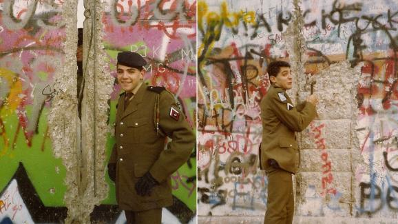 Dans l\'après-midi du 10 novembre 1989, David Benaïm pose devant le mur de Berlin, dans lequel une faille laisse entrevoir un soldat est-allemand.