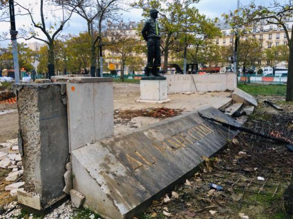 Le monument à la mémoire du maréchal Juin saccagé, le 16 novembre 2019 à Paris.