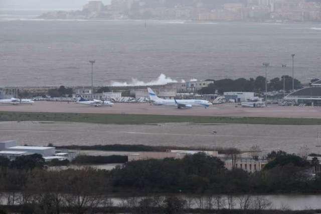 L'aéroport d'Ajaccio est entouré d'eau, le 22 décembre.