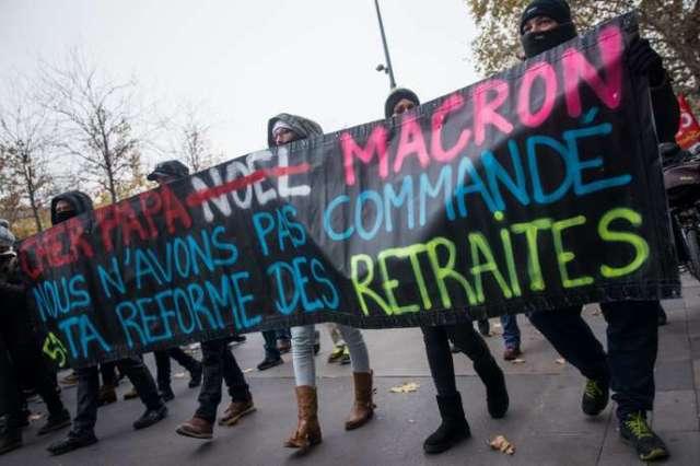 Paris, France, le 5 Décembre 2019 : Manifestation contre le projet de reforme des retraites, le cortège traverse la place de la république.