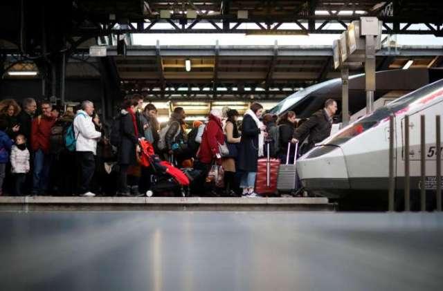 Des voyageurs atttendent leur train à la gare de l'Est, à Paris, le 23 décembre.