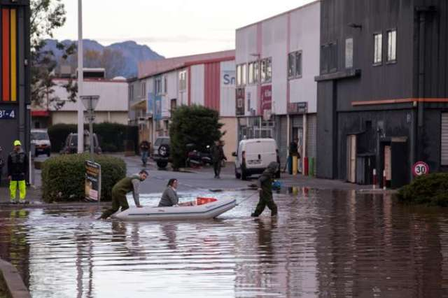 Des résidents inspectent les dommages causés par les inondations, à Fréjus (Var), le2décembre.