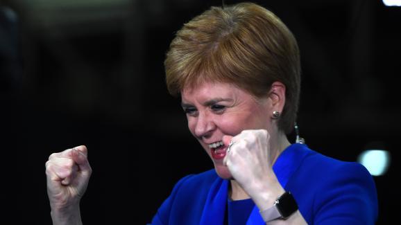 La Première ministre et chef de filedes indépendantistes écossais, Nicola Sturgeon, célèbre la victoire de son parti aux législatives, le 13 décembre 2019 à Glasgow (Ecosse).