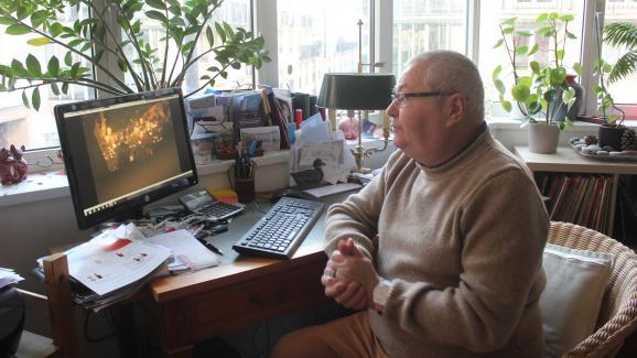 """Bruno devant son ordinateur, le 30 décembre 2019. Cet habitant de la rue Nicolas-Appert participe à toutes les commémorations del\'attentat contre \""""Charlie Hebdo\"""" et prend des photographies."""