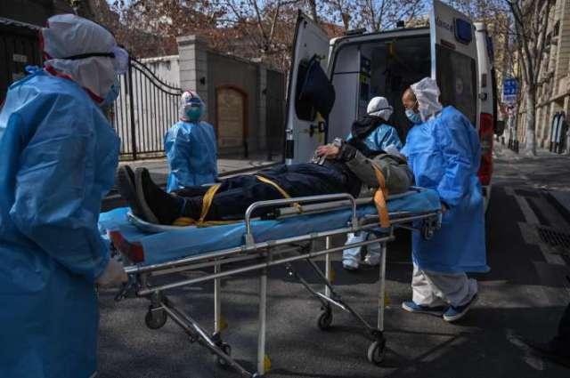 Evacuation d'un patient pouvant être infecté par le coronavirus, à Wuhan, dans la province de Hubei en Chine, le 30 janvier.