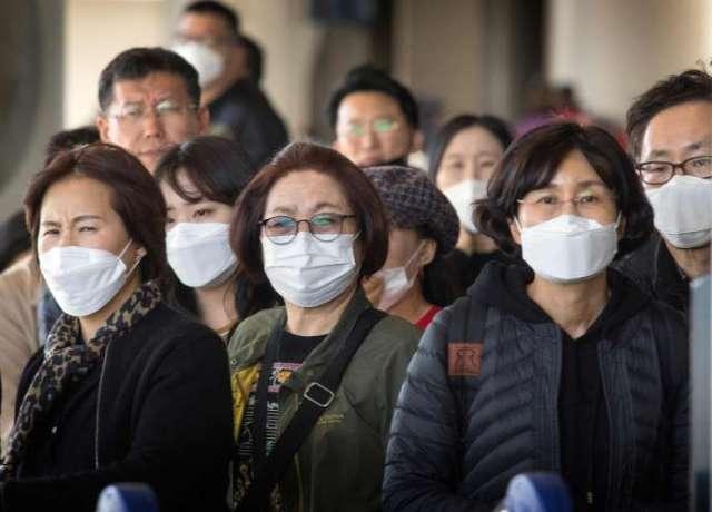 Des passagers venus d'Asie portent un masque en arrivant à l'aéroport de Los Angeles (Californie), le 29 janvier 2020.