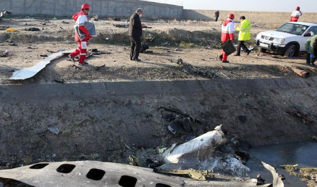 Des secouristes sur les lieux du crash du Boeing ukrainien /AFP