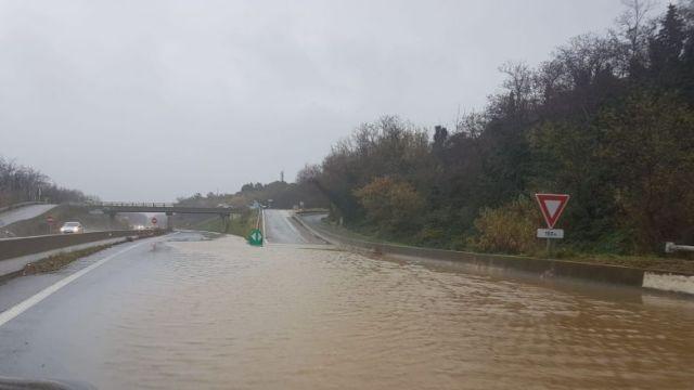 L'eau gagne les voies de la RN116 en direction de Perpignan, après Prades, ce mercredi 22 janvier après-midi. / © FTV / A. Guiraud