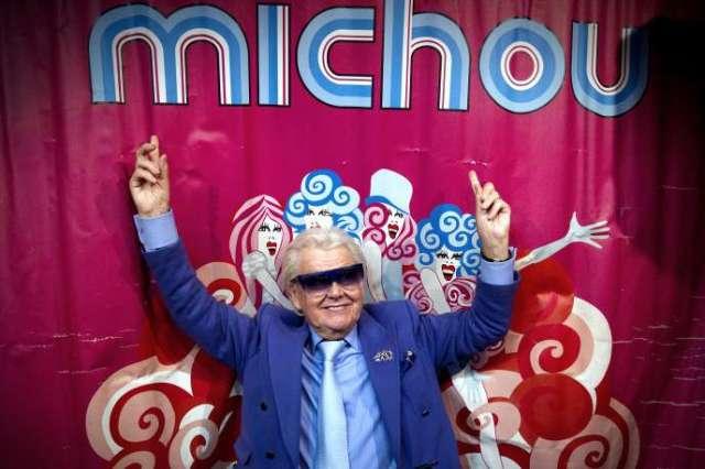 Michou sur la scène du cabaret Michou à Paris, le 20 janvier 2012.