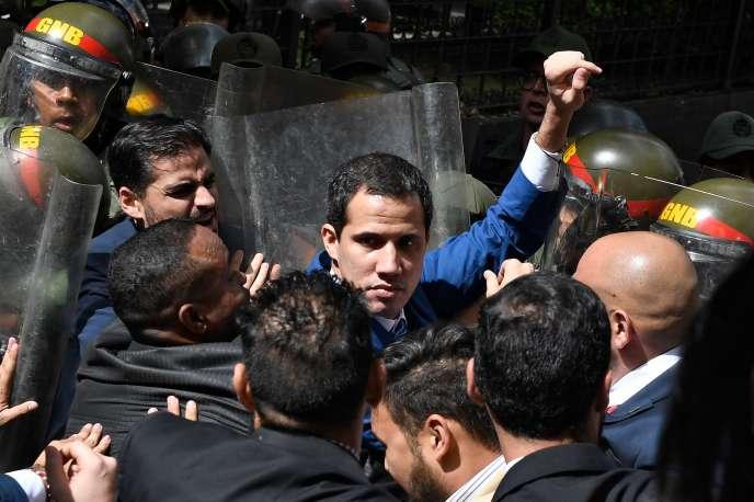 Le président du Parlement Juan Guaido est bloqué par les forces de sécurité alors qu'il tente d'atteindre l'Assemblée nationale, à Caracas, le 5 janvier.