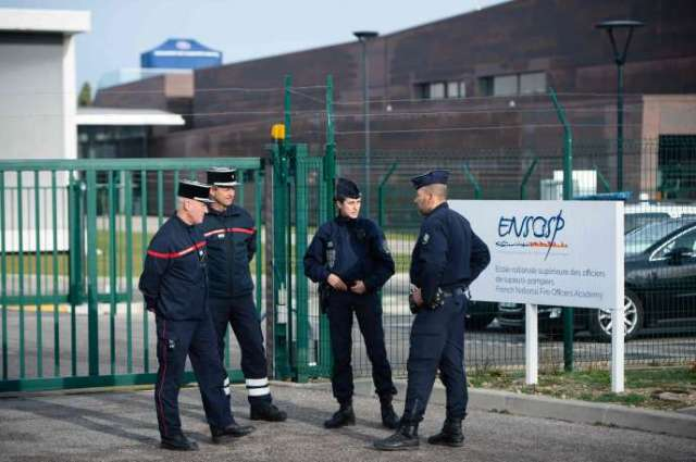 CRS devantle centre de formation des pompiers d'Aix-en-Provence, où des rapatriés de Wuhan (Chine) doivent être mis en quarantaine,le 2 février 2020.