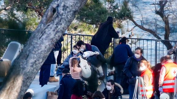 Des rapatriés français accueillis par des bénévoles de la Croix-Rouge, le 31 janvier 2020, à leur arrivée au centre de vacances de Carry-le-Rouet (Bouches-du-Rhône).