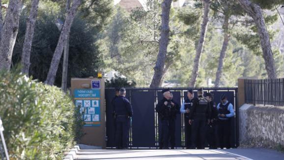 Des gendarmes gardent, le 31 janvier 2020, l\'entrée du centre Vacanciel à Carry-le-Rouet (Bouches-du-Rhône), d\'où les rapatriés n\'ont pas le droit de sortir, et où ils ne peuvent pas recevoir de visites.