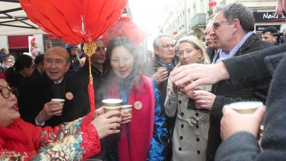 Gérard Collomb et David Kimelfeld (à droite), adversaires pour lesélections métropolitaines, se retrouvent lors du Nouvel An chinois, le 26 janvier 2020, rue Pasteur à Lyon.