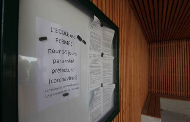 Une affichette sur l'école publique de Crac'h (Morbihan), commune touchée par le coronavirus où les écoles sont fermées.