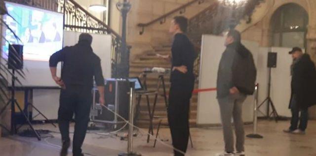 Une poignée d'électeurs suit le dépouillement dans la mairie du 18e. LP/Cécile Beaulieu