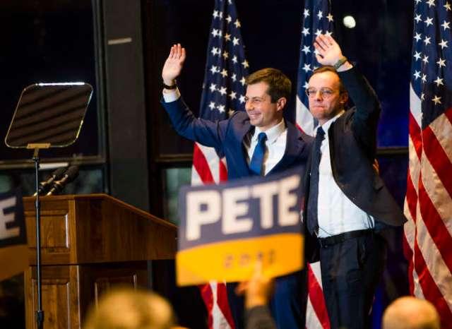 Pete Buttigieg, accompagné de son mari, le 1er mars àSouth Bend, lors de l'annonce de son retrait.
