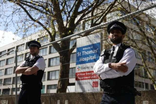 Des policiers surveillent l'entrée de l'hôpital St. Thomas après que Boris Johnson y a été pris en charge, à Londres, le 6 avril.