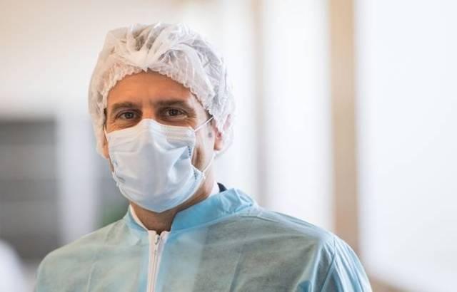 Emmanuel Macron avec un masque de protection, lors d'une visite d'usine fabriquant des masques près d'Angers, le 31 mars 2020.