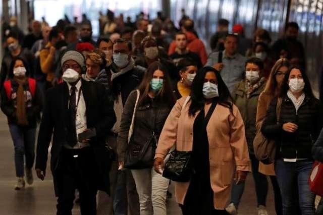 Des passagers portant des masques, à leur arrivée à la gare du Nord, à Paris, le 27 avril.