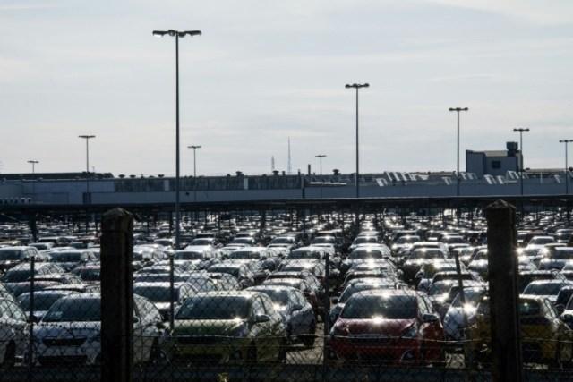Des véhicules neufs sur un parking de l'usine PSA de Mulhouse, le 16 mars 2020.