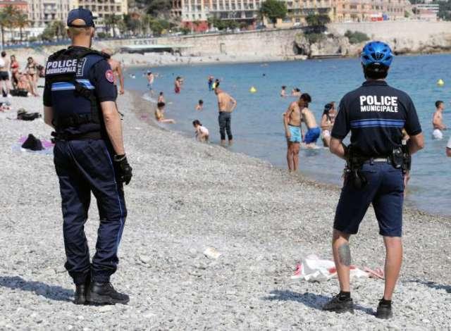 Des policiers sur la plage jouxtant la promenade des Anglais à Nice.