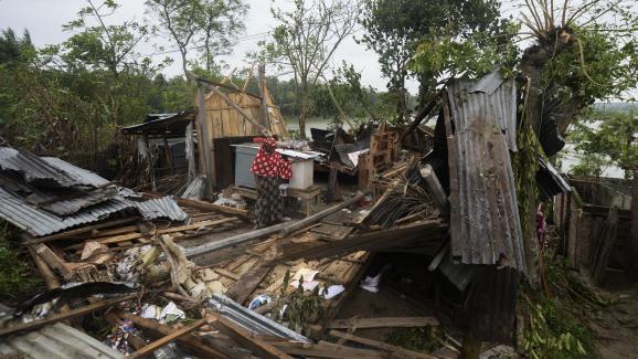 Des habitations détruites après le passage du cyclone Amphan, jeudi 21 mai 2020, dans le district de Satkhira (Bangladesh).