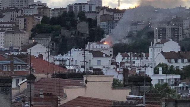 L'incendie s'est déclaré vers 20h00 dans un immeuble d'habitation, rue Bonafous à la Croix-Rousse, dans le 4ème arrondissement de Lyon.