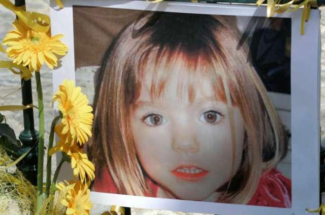 Des fleurs sont déposées devant une photo de MadeleineBeth McCann, au Portugal le 12 mai 2007.
