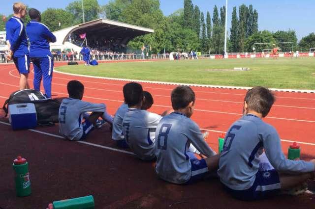 Des enfants attendent pour jouer la Torcy Cup, à Torcy (est de Paris), en mai 2018.