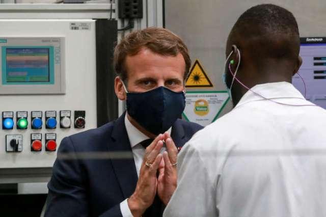 Emmanuel Macron discute avec un employé d'une usine à Etaples, près du Touquet, le 26 mai.