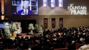 Le candidat démocrate à la présidentielle Joe Biden adresse un message vidéo, lors des funérailles de George Floyd à l'église 'Fountain of Praise' de Houston, le 9 juin 2020.