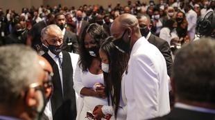 """Les membres de la famille de George Floyd se recueillent devant son cercueil à l'église """"Fountain of Praise"""" à Houston le 9 juin 2020."""