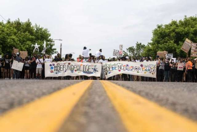 Des manifestants réclament de «réduire le budget de la police», à Minneapolis, le 6 juin.