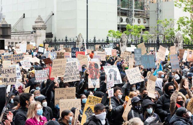 Londres (Royaume-Uni), le 6 juin. Des milliers de personnes ont manifesté avec des pancartes « Black Lives Matter »./DPA/MAXPPP/Ik Aldama