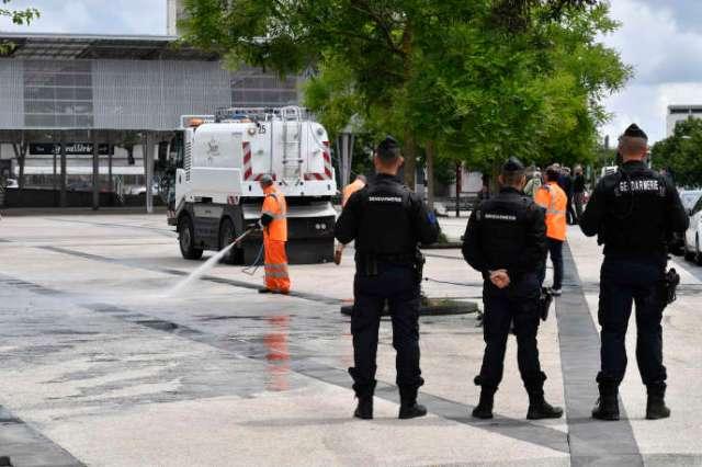 Des gendarmes assurent la sécurité d'agents municipaux qui nettoient le quartier des Grésilles, à Dijon (Côte d'Or), le 16 juin.