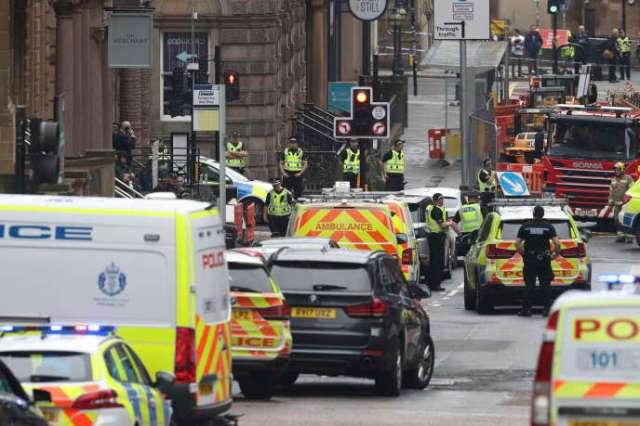 Des ambulances et des véhicules de police à Glasgow, à proximité des lieux de l'attaque au couteau survenue au Park Inn, le 26 juin 2020.