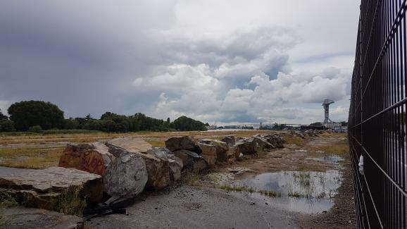 Le quai Wilson, propriété du port autonome, est désormais équipé d\'une grille qui interdit tout accès. La Loire se trouve à gauche, après les espaces couverts d\'herbe.