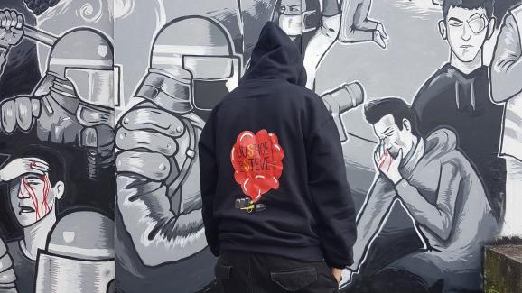 K-Ro, amie de Steve, devant la fresque peinte en mémoire du jeune homme, le 18 juin 2020 à Nantes (Loire-Atlantique).