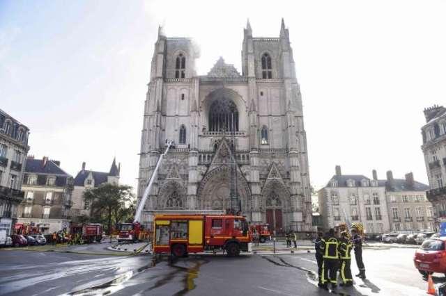 Les pompiers éteignent l'incendie de la cathédrale Saint-Pierre-et-Saint-Paul, à Nantes, le 18 juillet.