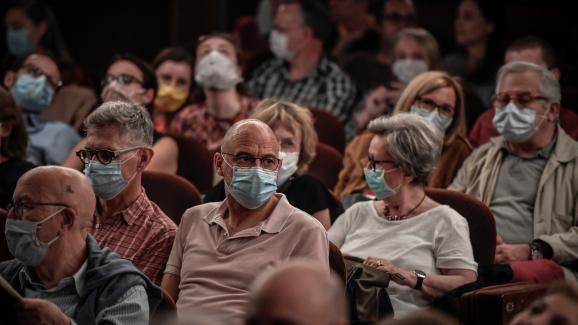 Des spectateurs portent un masque avant d\'assister à une représentation au théâtre Antoine, à Paris, le 22 juin 2020.