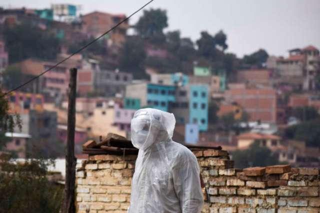 Un membre du département de la santé de Bolivie, à Cochabamba, le 25 juillet