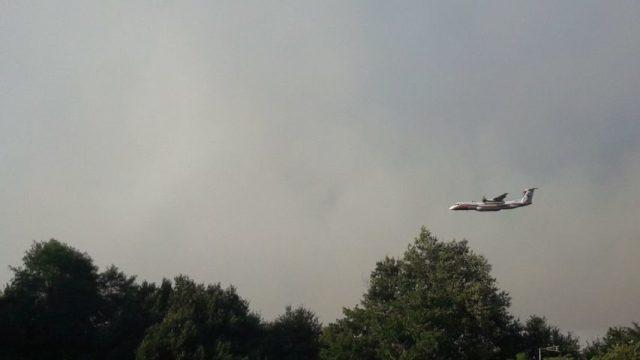 Un Dash, bombardier d'eau, dans le ciel du Tuzan, ce lundi 27 juillet 2020.