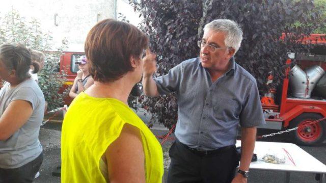 Hervé Gillé, conseiller départemental de Gironde, en pleine discussion avec la maire du Tuzan, ce lundi 27 juillet 2020.