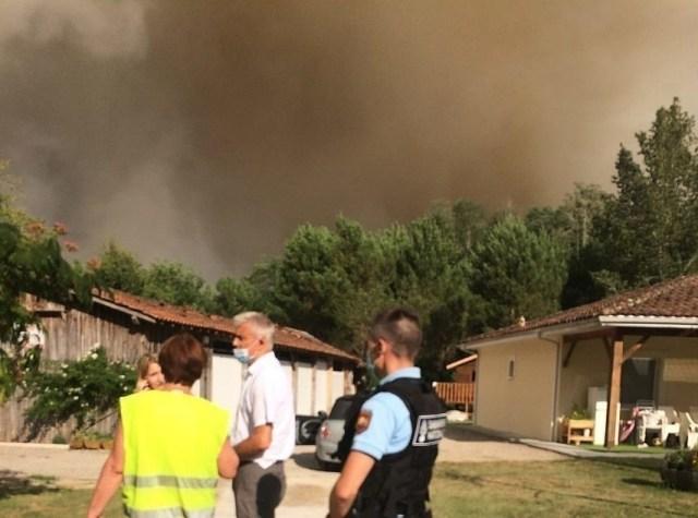 Au lotissement Janthieu, au Tuzan (Gironde), les autorités procèdent à l'évacuation des maisons en raison des fumées potentiellement toxiques.