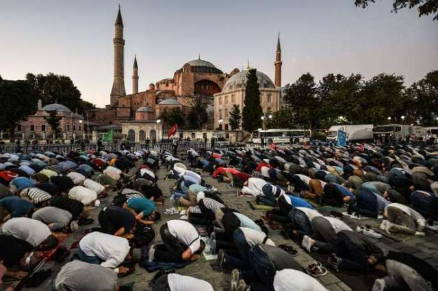 Des musulmans prient devant Sainte-Sophie, le 10 juillet àIstanbul.